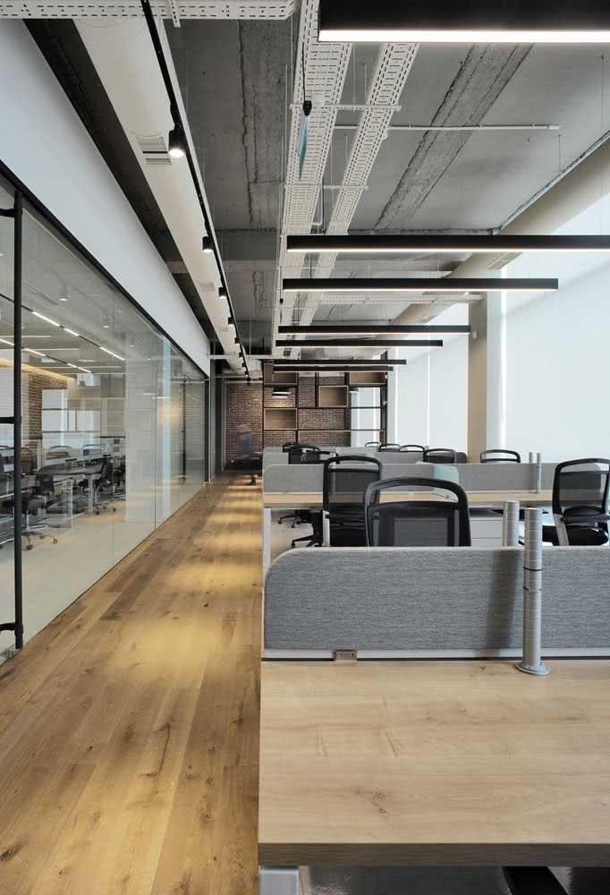 Divisórias para escritório com mesas planejadas