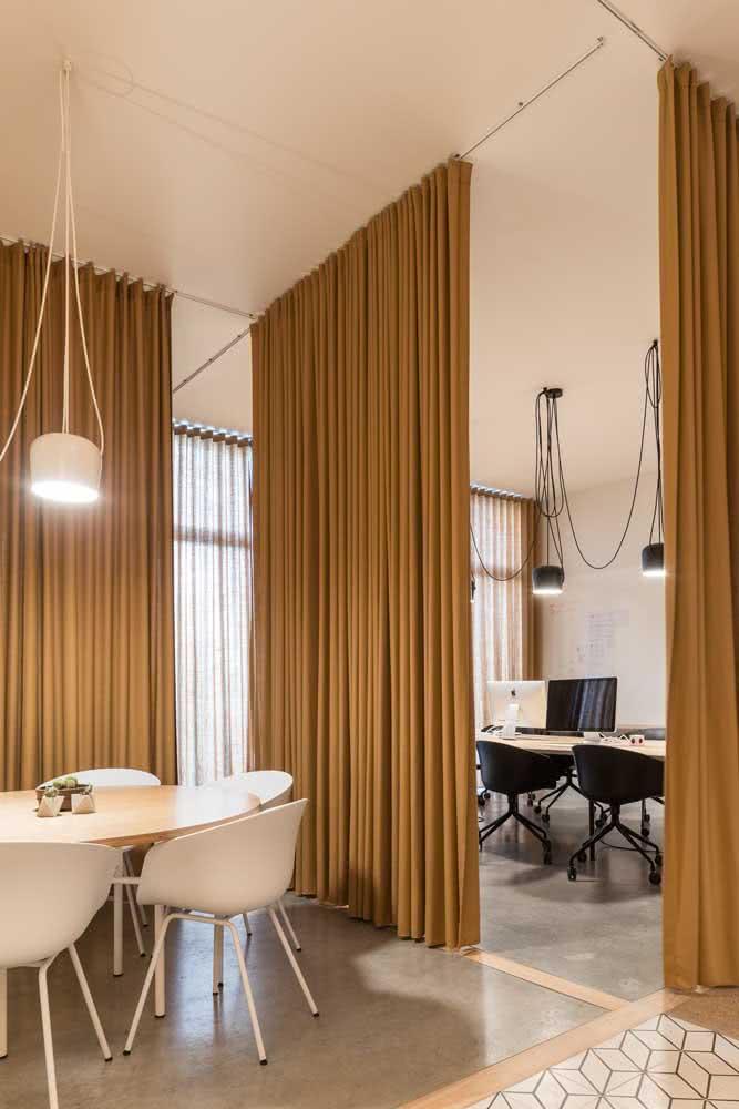 Divisórias para escritório de madeira com mesa oval branca