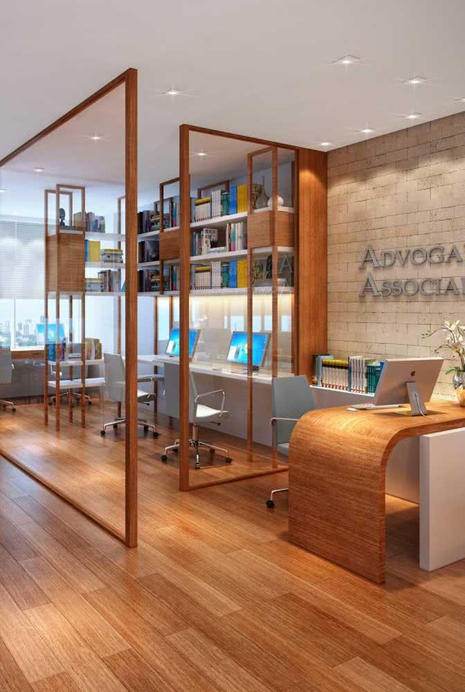Divisórias para escritório de vidro e móveis de madeira