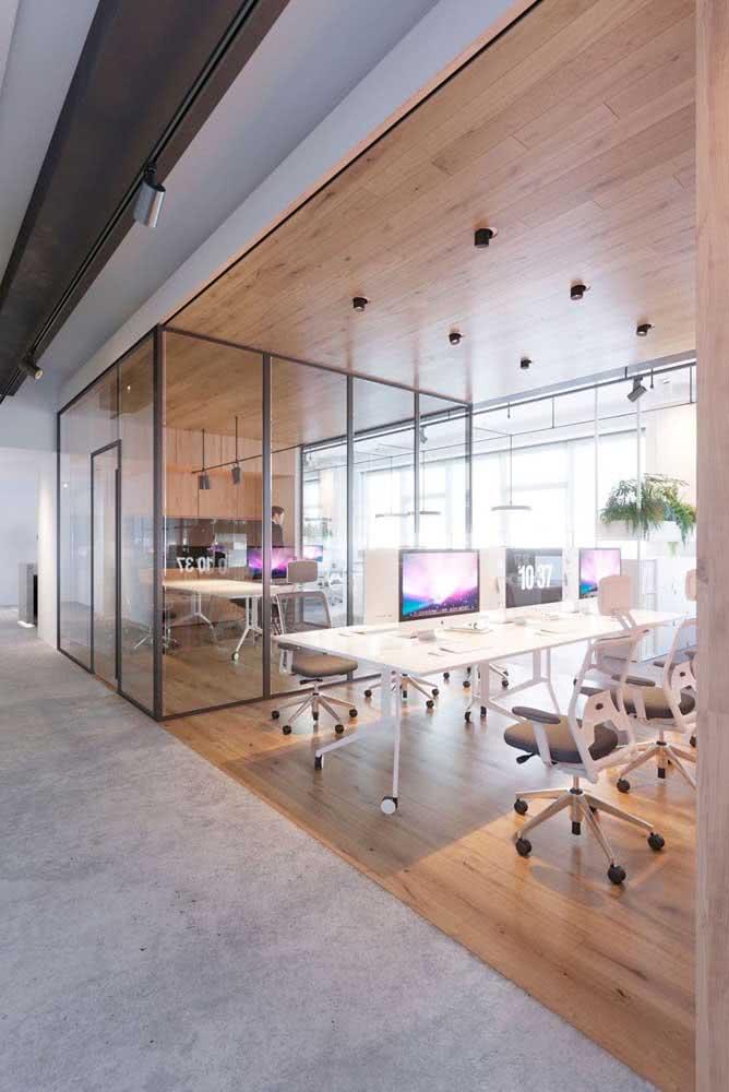Divisórias para escritório de vidro e mesa branca