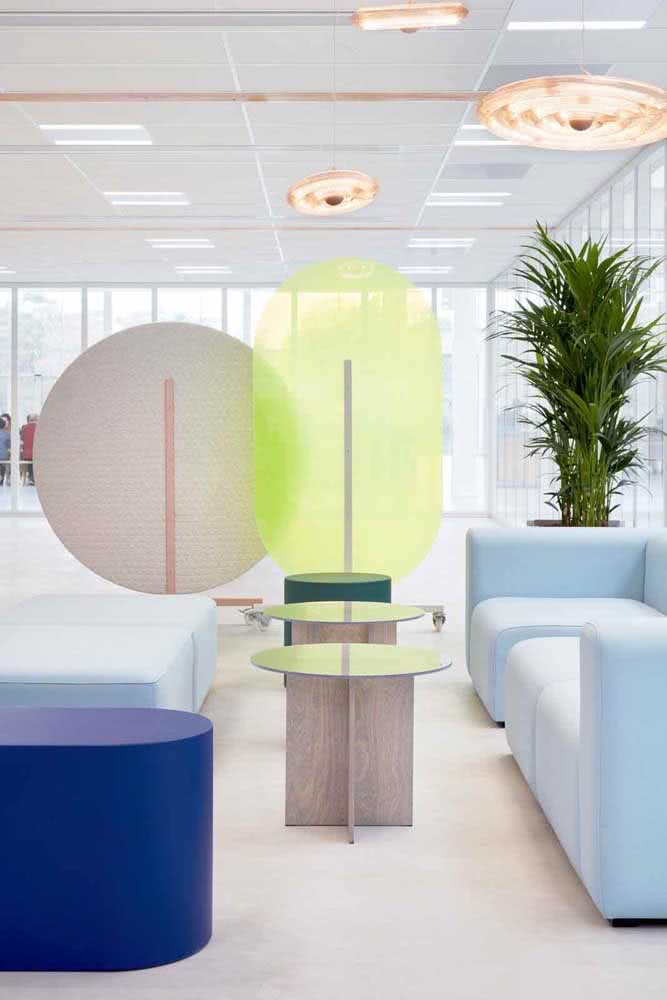 Divisórias para escritório em cores claras e detalhes em azul e verde