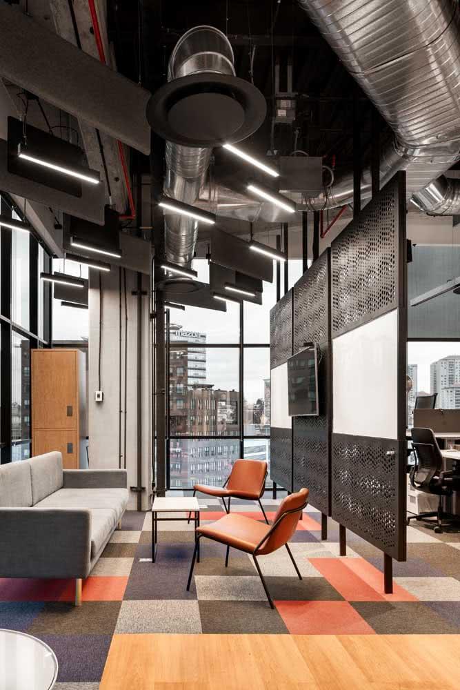 Divisórias para escritório moderno decorado em tons de cinza e laranja
