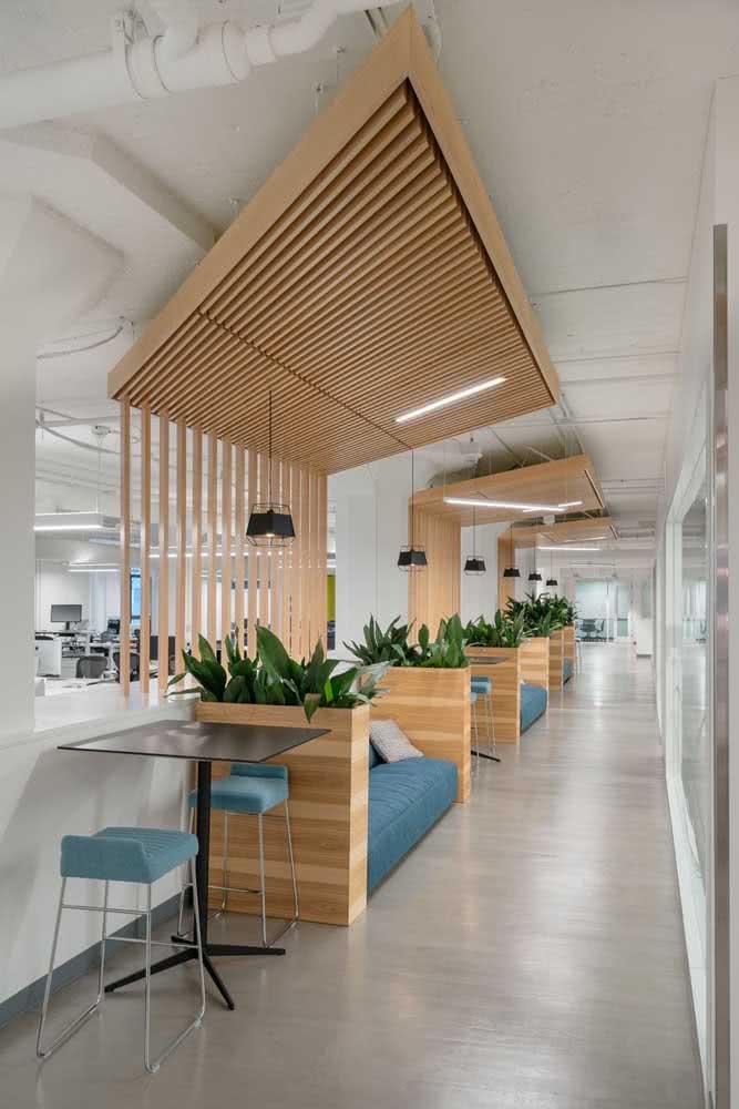 Divisórias para escritório feitas de madeira e plantas