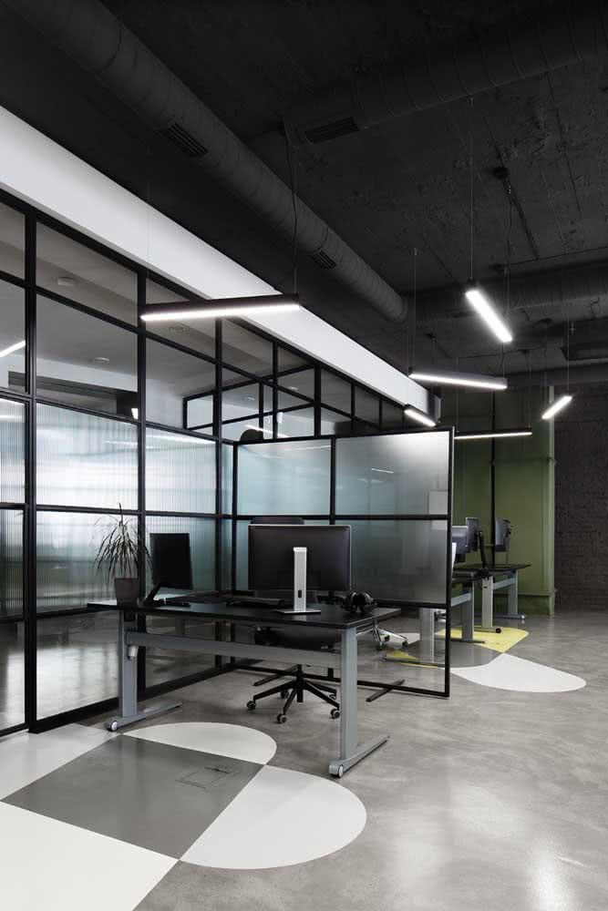 Escritório com portas e divisórias de vidro