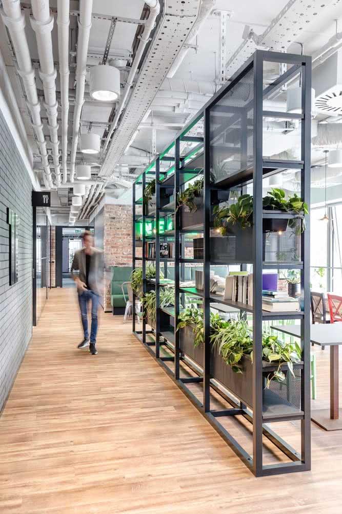 Estante com plantas nas divisórias para escritório