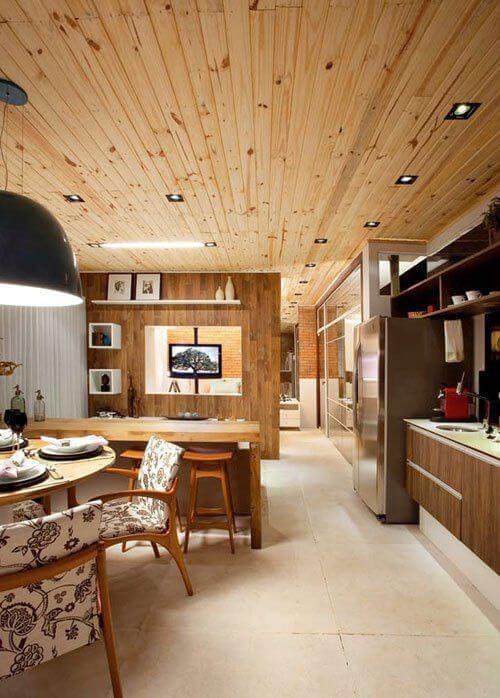 Forro de pvc de madeira na sala grande decorada no estilo rústico