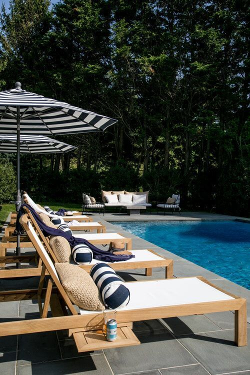 Guarda sol para piscina com espreguiçadeira de madeira