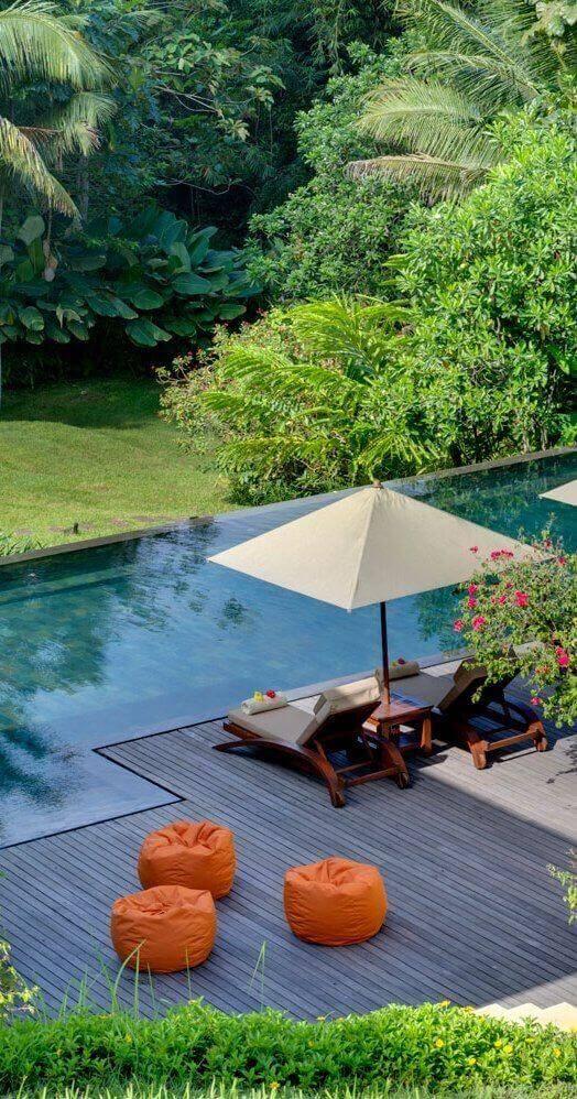 Guarda sol para piscina com espreguiçadeira e deck de madeira