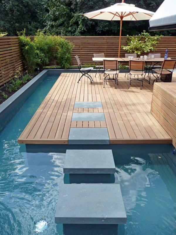 Guarda sol para piscina com mesa grande para receber amigos