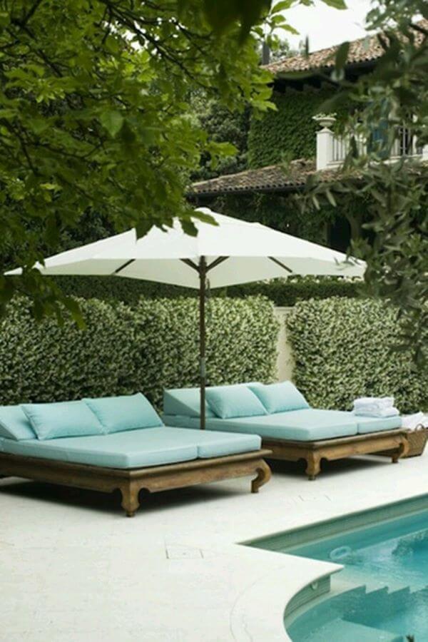 Guarda sol para piscina com sofás confortáveis