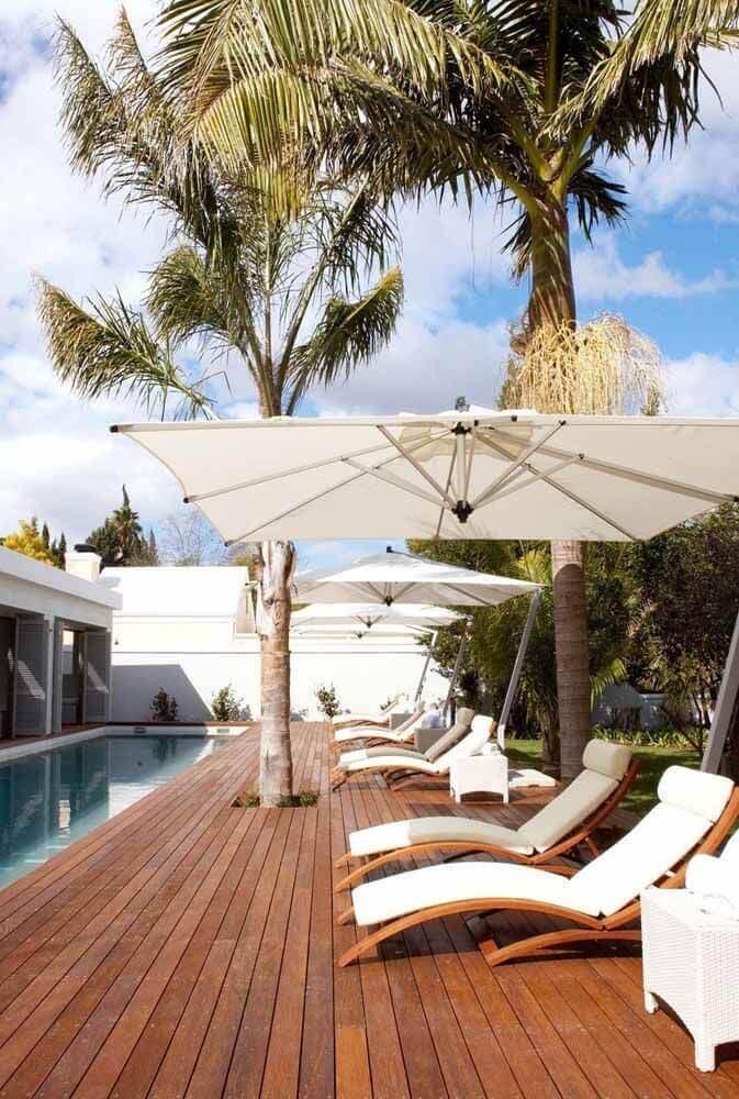 Guarda sol para piscina grande com espreguiçadeiras confortáveis