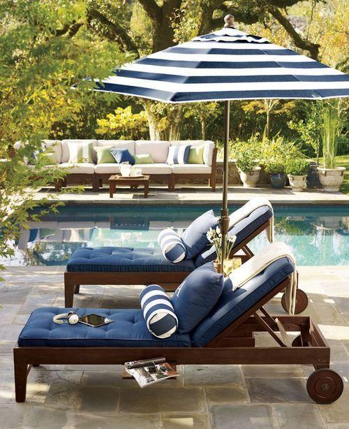 Guarda sol para piscina listrado em azul e branco