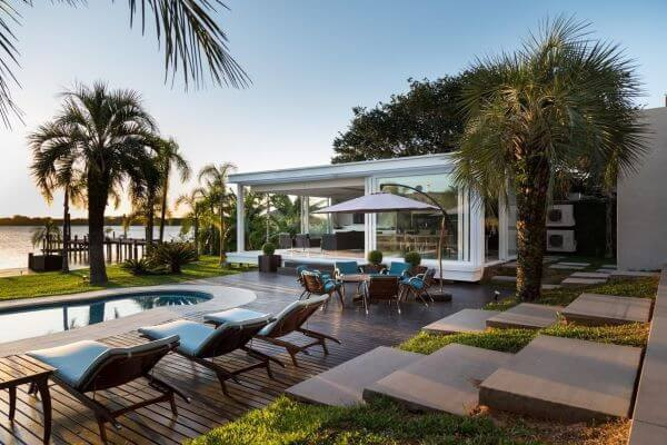 Guarda sol para piscina na área externa ampla
