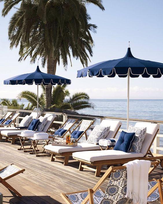 Guarda sol para piscina na cor azul com espreguiçadeira