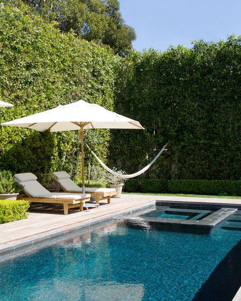 Guarda sol para piscina no jardim