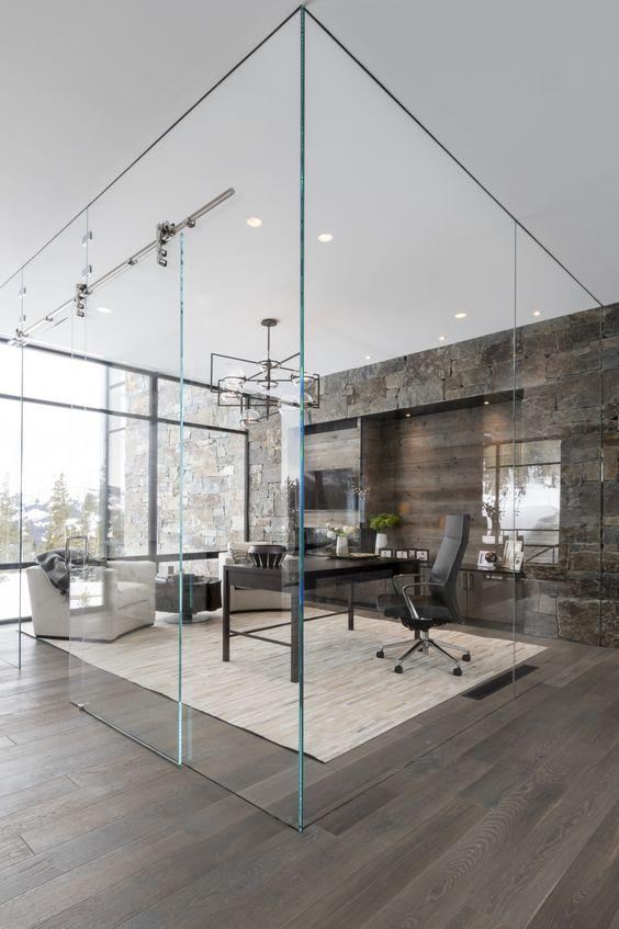 Home office com divisórias para escritório de vidro