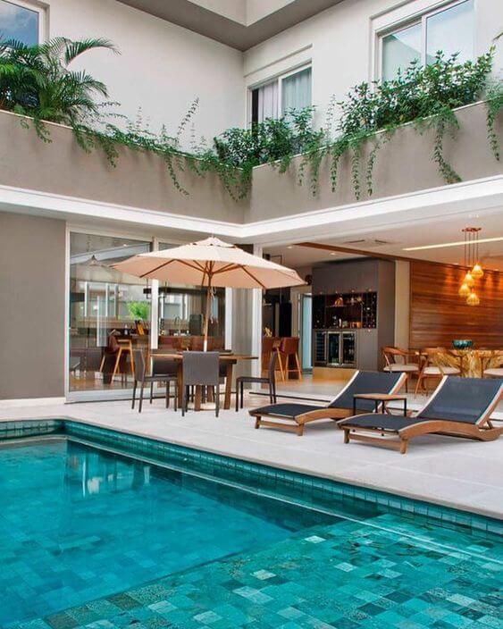 Móveis para piscina com mesa e espreguiçadeira