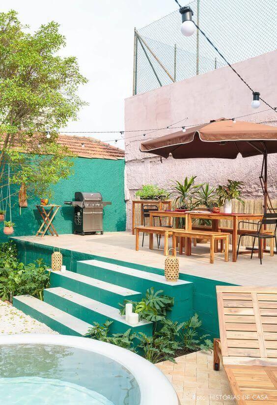 Mesa para área externa bem decorada e guarda sol