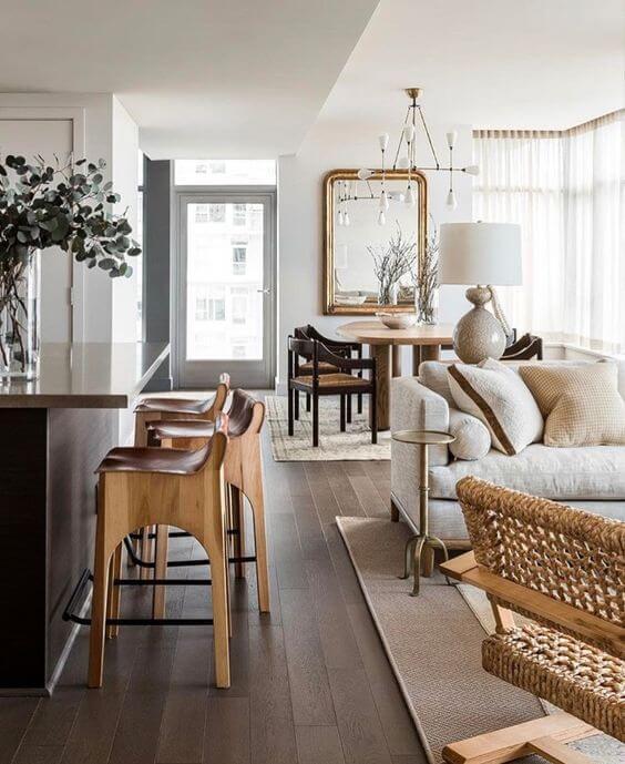 Piso marrom de madeira na sala grande decorada com luxo