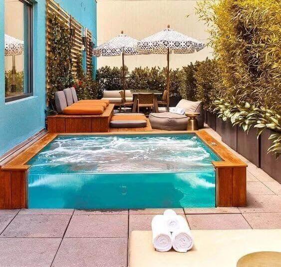 Quintal pequeno com piscina quadrada de vidro