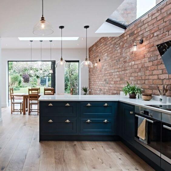 Revestimento 3D para cozinha de tijolinho rustico e armários azuis