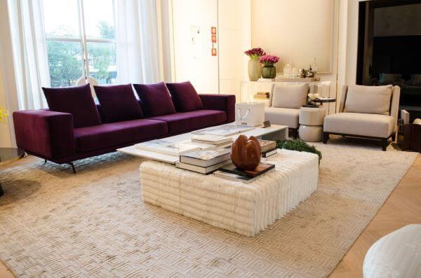 Sala de estar grande decorada com sofá vinho