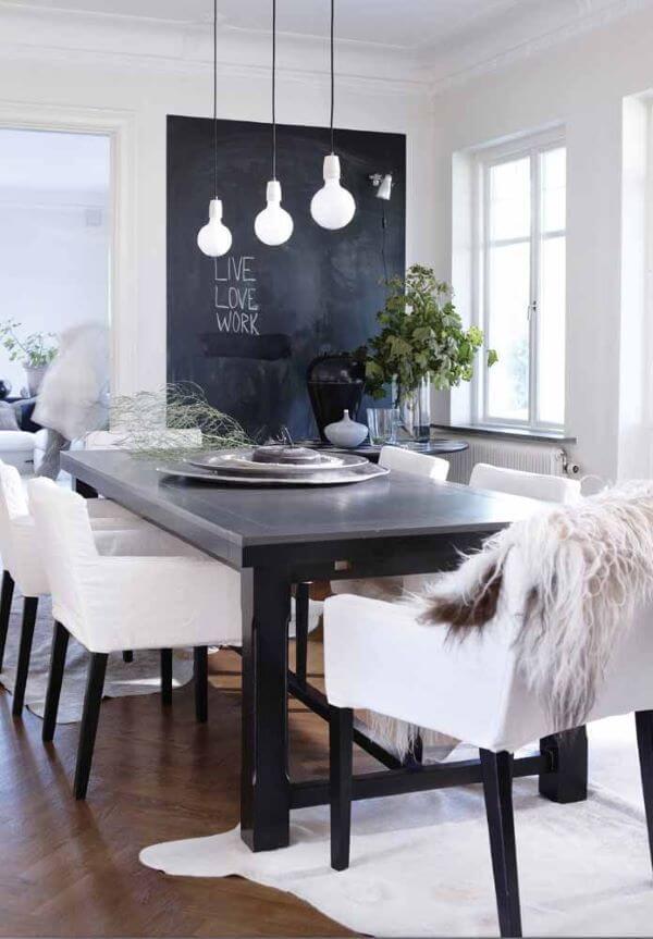Sala de jantar com tinta lousa preta e decoração preta e branca