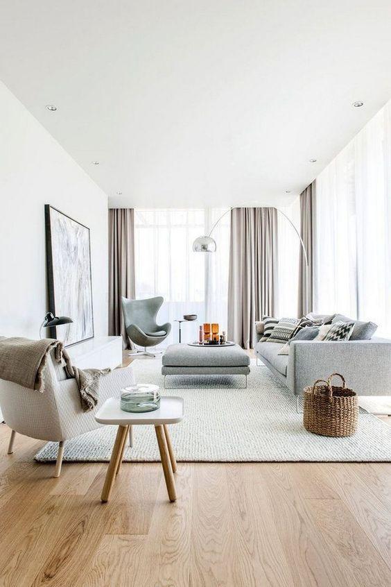 Sala grande decorada com cores claras e modernas