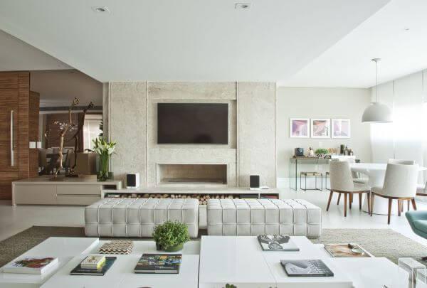 Sala grande decorada com decoração neutra móveis confortáveis