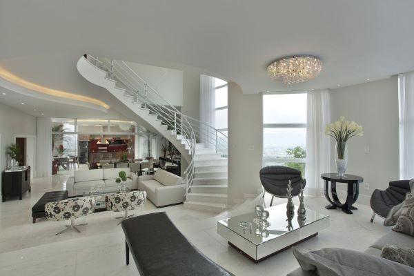 Sala grande decorada com móveis luxuosos e confortáveis