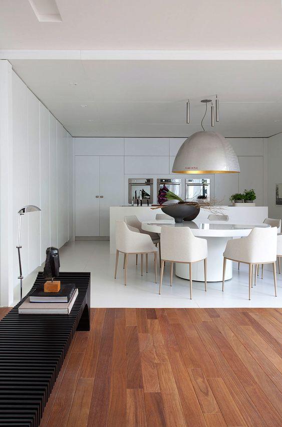 Sala grande decorada com mesa cone branca moderna