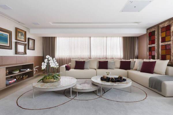 Sala grande decorada com mesa de centro redonda
