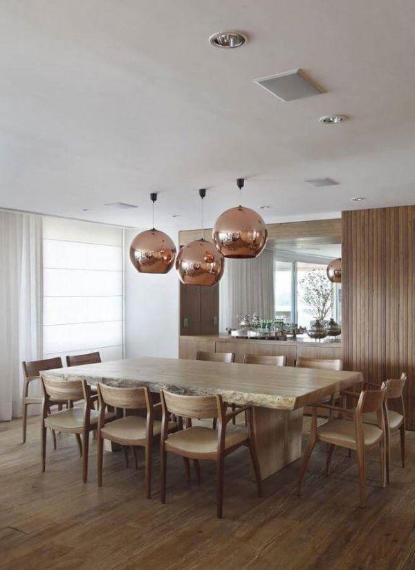 Sala grande decorada com mesa grande e cadeiras de madeira