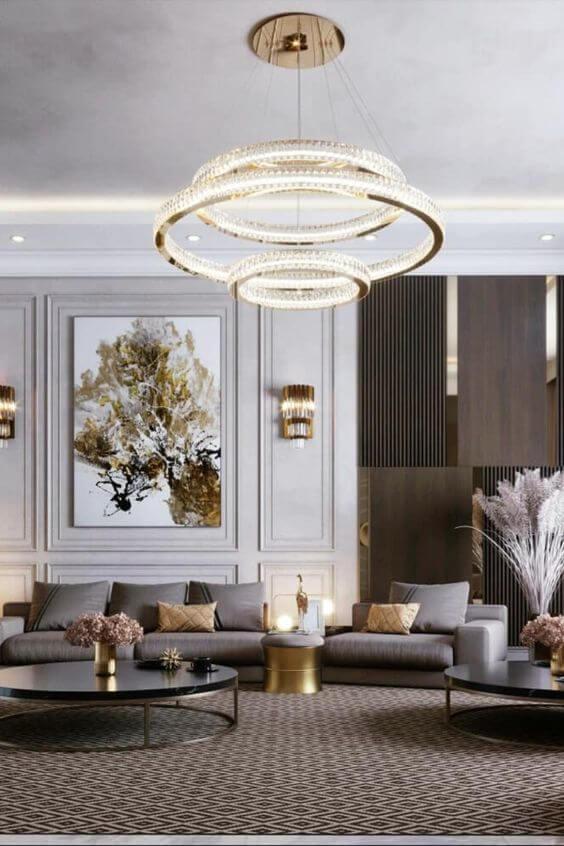 Sala grande decorada com moldura de isopor na parede
