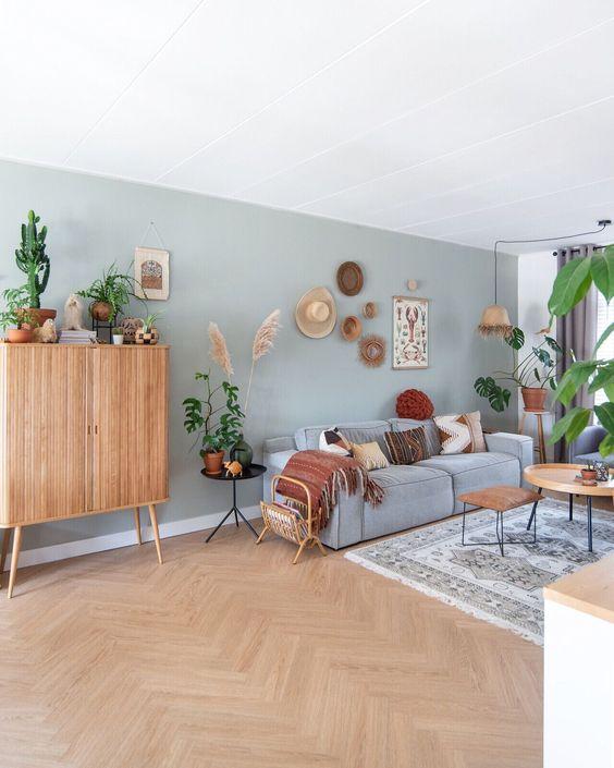 Sala grande decorada com sofá azul celeste e móveis de madeira