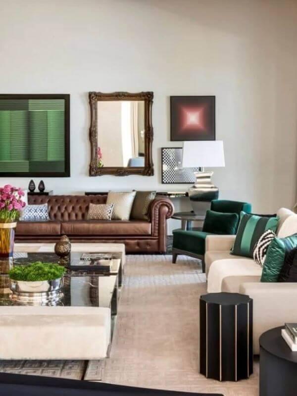 Sala grande decorada com sofá de madeira e detalhes verdes
