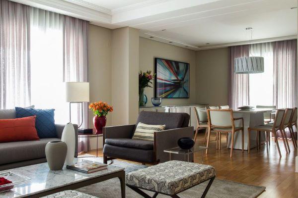 Sala grande decorada com sofá e poltrona de couro