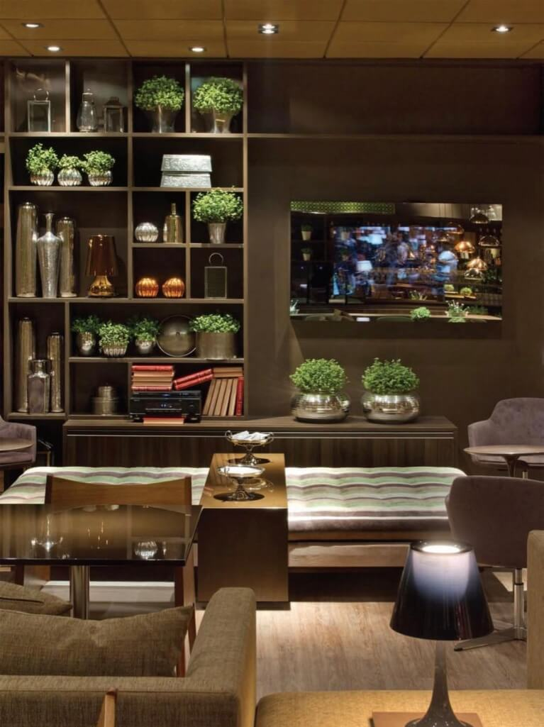 Sala grande decorada com tons de marrom e móveis planejados de luxo