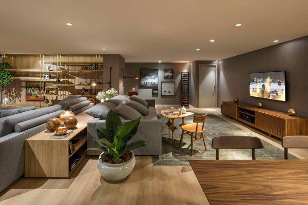 Sala grande decorada com tv e sala de estar moderna