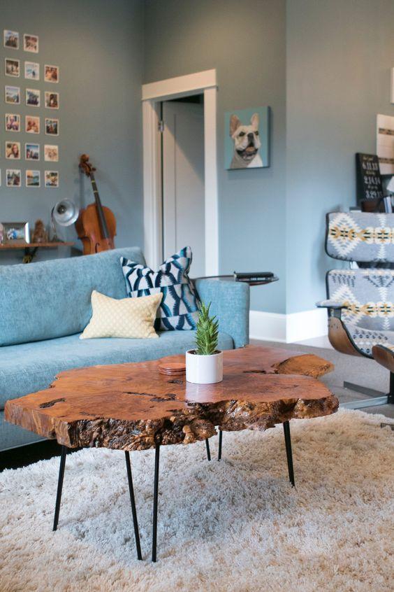 Sala grande decorada e clean com mesa de centro rustica e de madeira