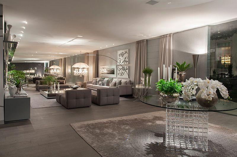 Sala grande decorada em tons de cinza vaso de orquidea