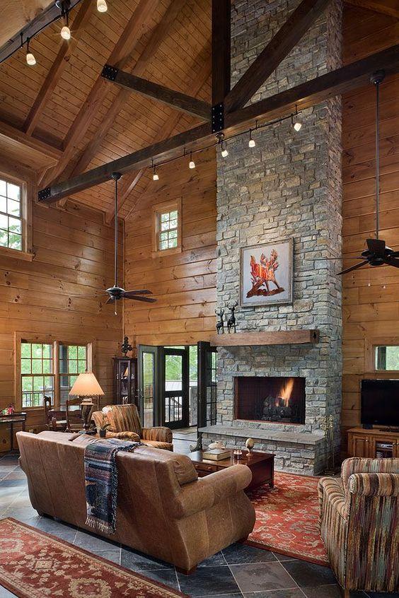 Sala rustica de casa do campo com chaminé clássica e lareira em frente ao sofá