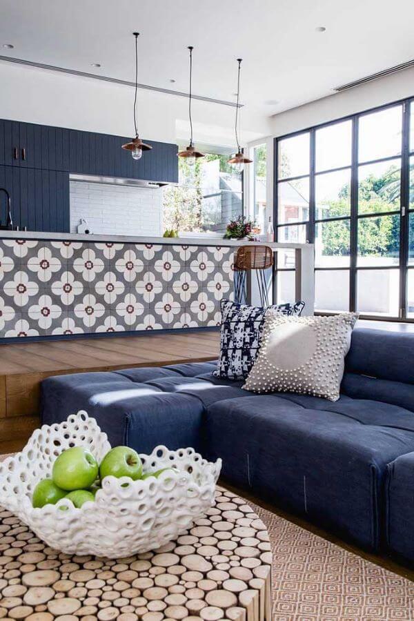 Sofá azul marinho na sala grande decorada