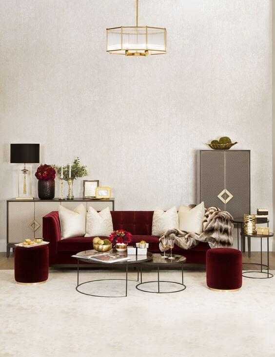 Sofa cor vinho na sala grande decorada em tons claros