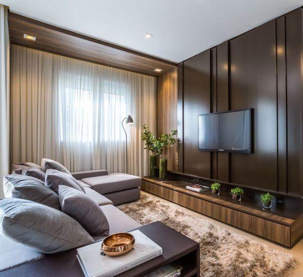 Tons de marrom escuro para painel de sala de tv grande decorada com sofá cinza