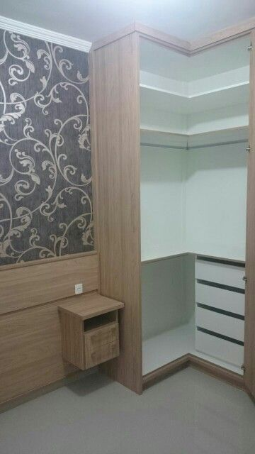 armário de canto - guarda-roupa de canto marrom com prateleiras brancas