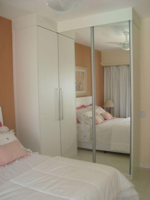 armário de canto - quarto com armário com porta espelhado
