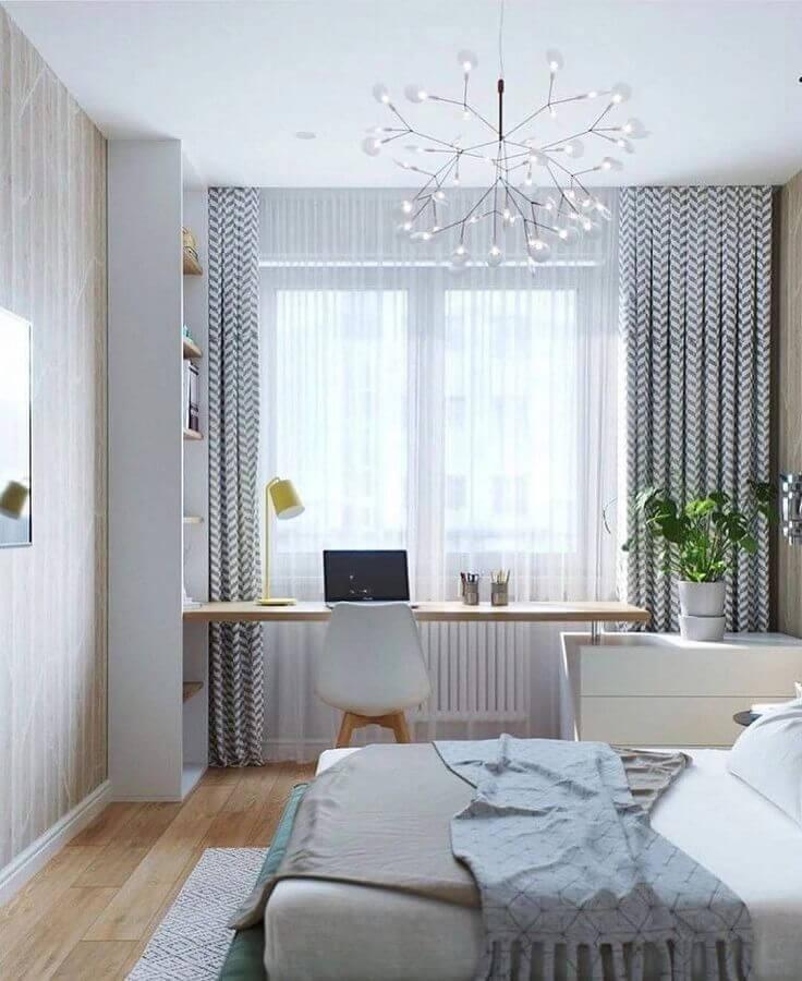 bancada de madeira para quarto com escritório decorado com lustre moderno Foto Pinterest