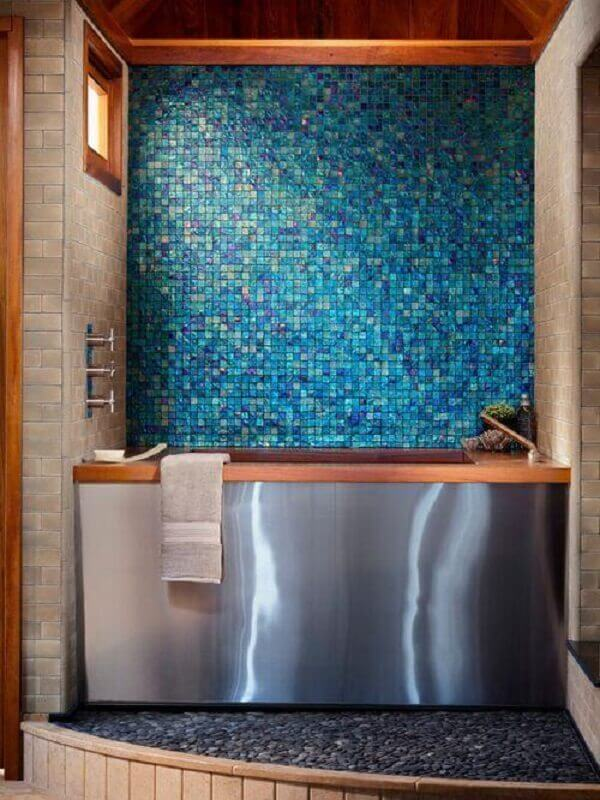 banheiro com pastilha de vidro azul e banheira de inox Foto Oceanside Glasstile
