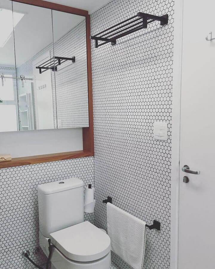banheiro com pastilha de vidro hexagonal com decoração em preto e branco Foto Estúdio AE Arquitetura